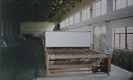 温州市鹿城机织商标厂更名为温州商标织带厂 企业的更名也就意味着企业的更新,当时在国外有一种新型商标带材料——微孔膜涂层聚酰胺织物,在当时的国内市场还是一片空白。通过成立专项资金、聘请专业技术人员进行可行性研究,经过多次试验,最终研发出了属于自己的微孔膜涂层聚酰胺织物商标带,一举填补了国内空白。