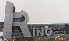 """随着企业规模的扩大,企业决策者提出了""""跳出温州、发展凯恩""""的新思路,浙江凯恩商标织带有限公司与澳大利亚U.A. Trading Co.共同投资组建了现代化的企业——湖州凯恩涂层有限公司,占地47000平方米,员工500多人,销售额达3000万。"""